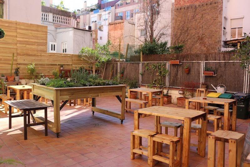 La vecina un restaurante con terraza para familias for Muebles terraza barcelona
