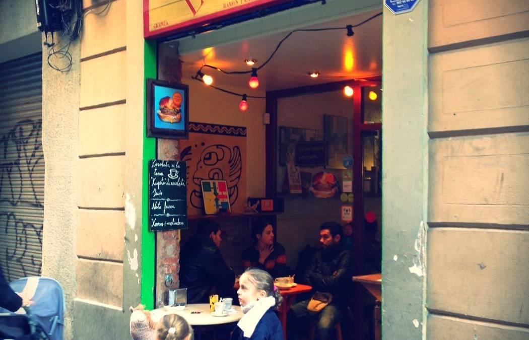 La Nena: el mejor chocolate con churros (y nata) de Gràcia.