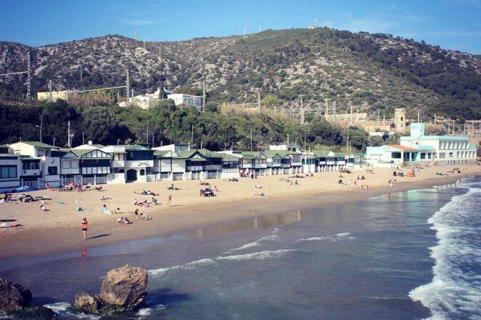 La playa del Garraf y el Restaurante la Cúpula